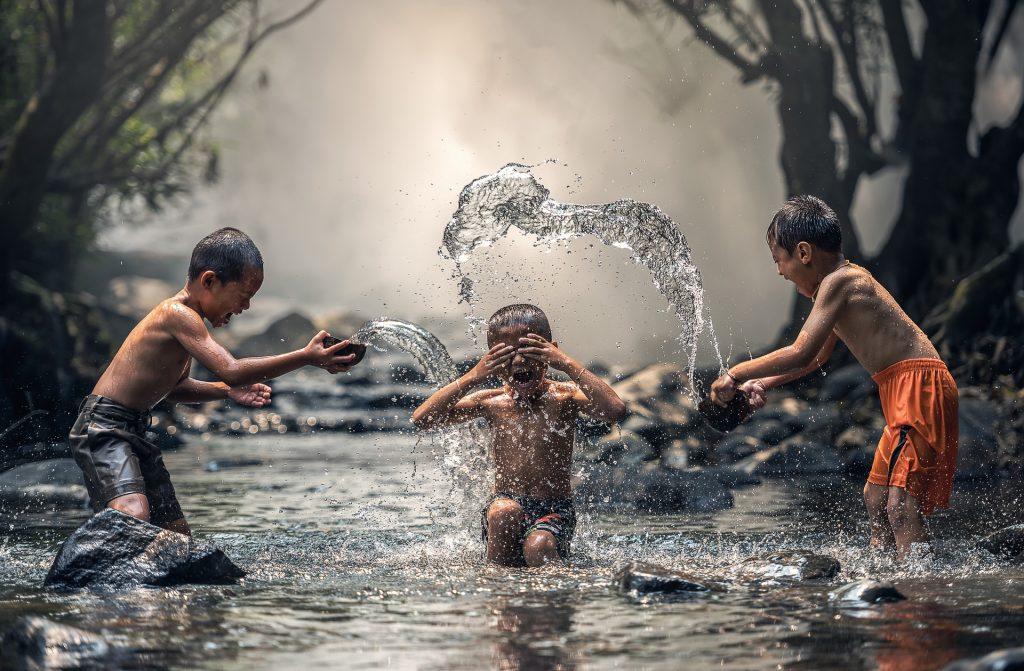 gyerekek a vízben